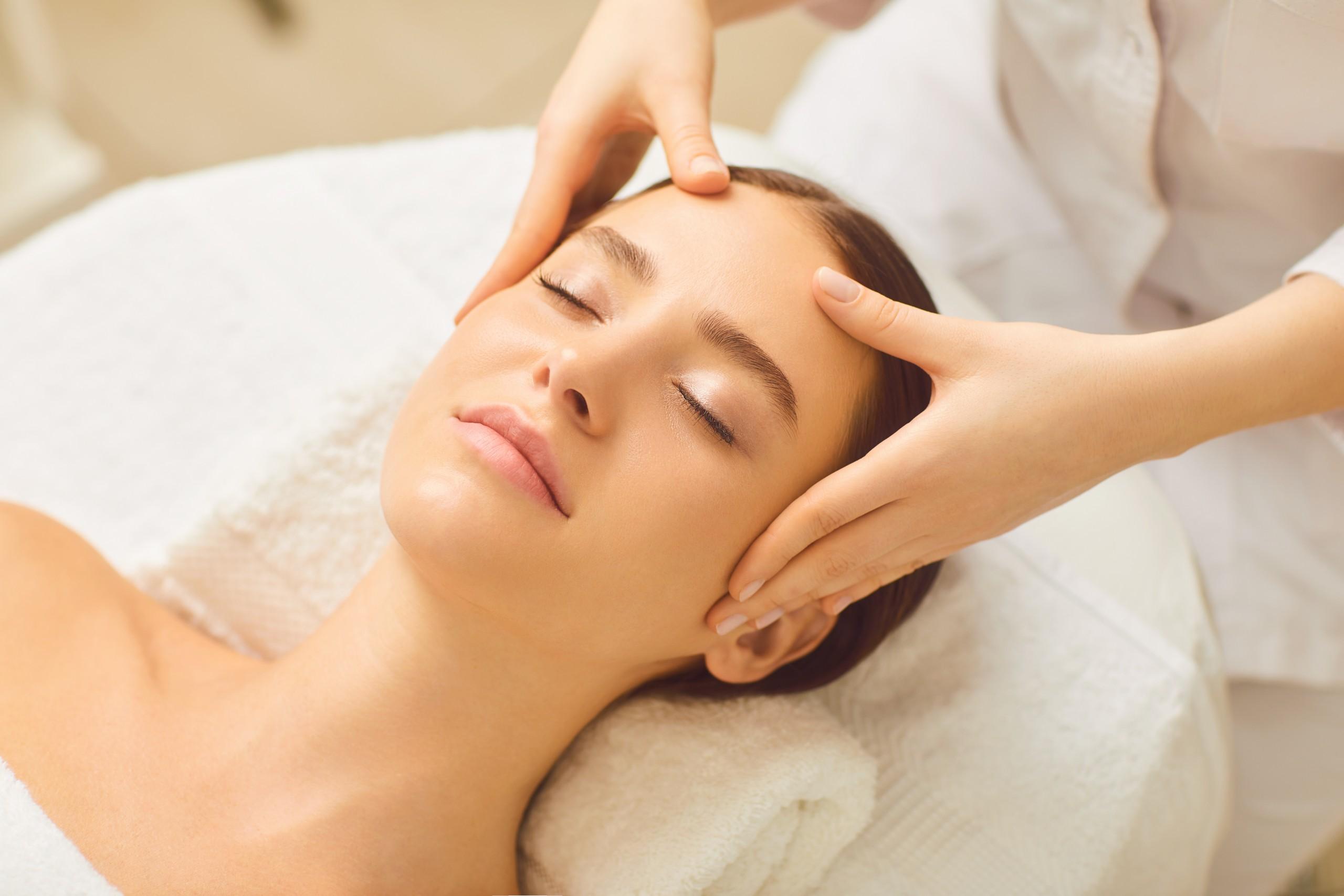 Woman-getting-a-relaxing-facial